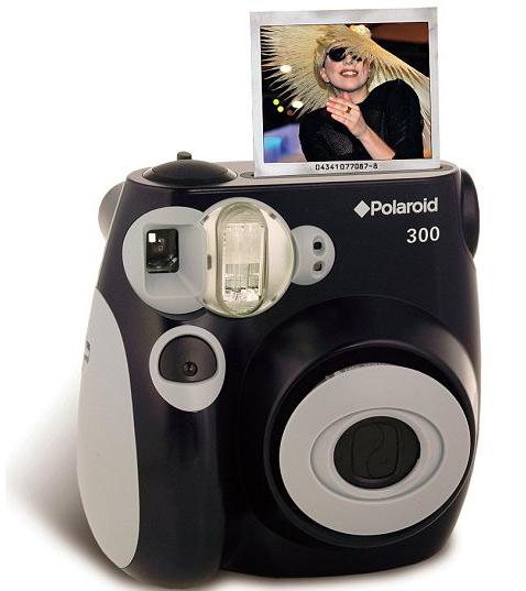 Автоматическая вспышка и четыре программы съёмки, работа от  литиевого аккумулятора или от батареек АА – таковы особенности новой  камеры (фото Polaroid).