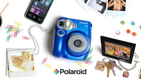 Снимки  обладают глянцевой поверхностью. Размер новой мгновенной фотокарточки –  5,3 х 8,6 сантиметра. Это сделано принципиально – таковы габариты  кредитной карты, удобно носить в бумажнике. А размер самого изображения  составляет 4,6 х 6,2 см (фото Polaroid).