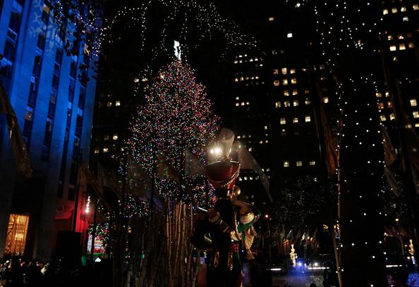 2010+Rockefeller+Center+Christmas+Tree+Lighting+8JpYQr2ouYwl.jpg