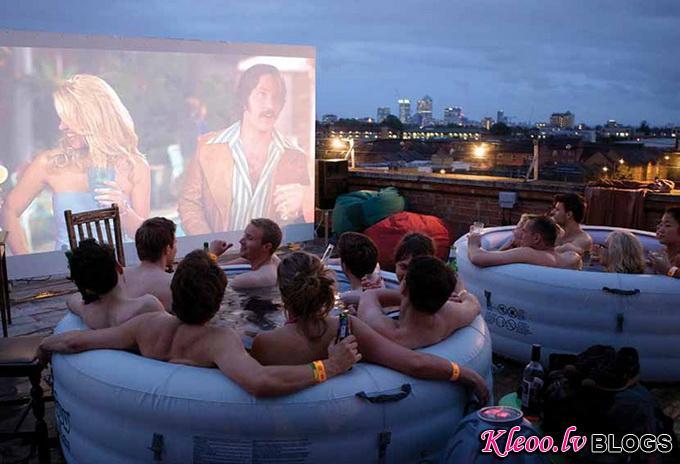The Hot Tub Cinema: кино в ванной