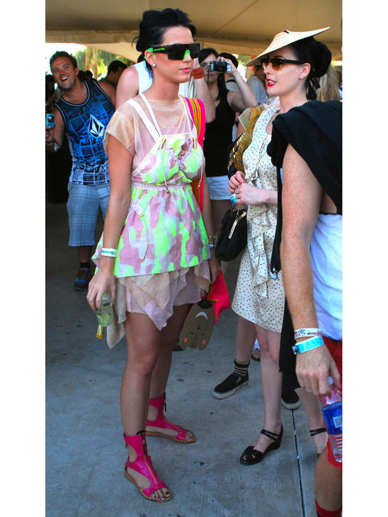 Katy Perry again! This time in pink sandals! Cute!