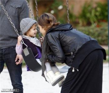Джессика Альба с семьей в парке