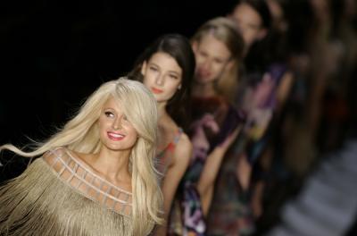 "Paris Hilton – ""Triton"" modes skatē"