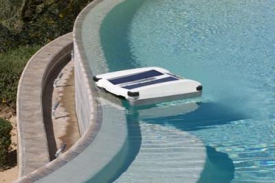 Робот-уборщик для бассейнов на солнечной энергии