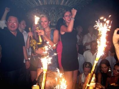 Paris Hilton iztērē šampanietim 350 000 eiro