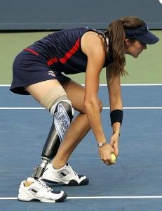 Впервые в истории теннисных турниров мячи подает девушка с ампутированной ногой