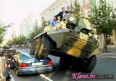 Viļņas mērs uz ielas ar bruņutransportieri sadragā mersedesu. VIDEO