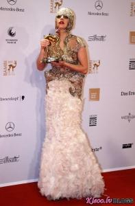 Lieliski vai Tizli: Lady Gaga tērpusies Alexander McQueen kleitā