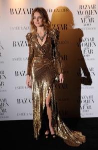 Natalia Vodianova parādīja savas neskūtās kājas