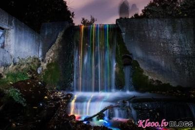 Neona ūdenskritumi no Kalifornijas.