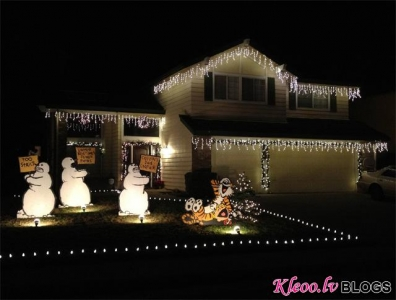 Mājas pagalms svētkos Kalifornijā.