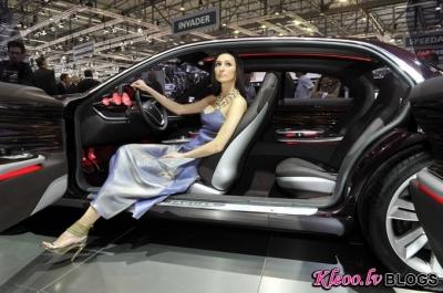 Meitenes Ženēvas autošovā.
