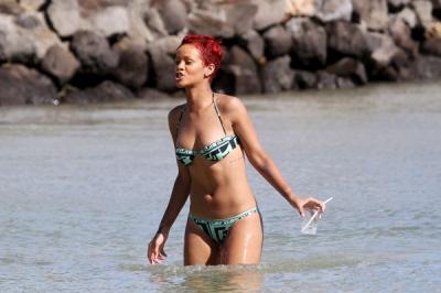 Rihanna – paparaci pieķerta Havaju salās
