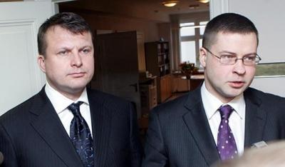 Šlesers smīdina publiku ar krāniņiem. Pat Dombrovskim jāsmejās.