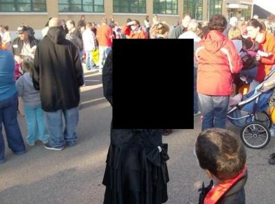 Viena mazā meitene ļoti gribēja vinnēt Halloween konkursu...
