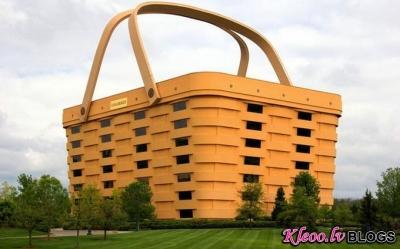 Ofisa ēka piknika groza izskatā.