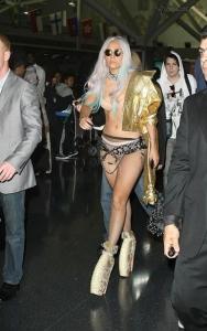 Леди GaGa шокировала служащих аэропорта
