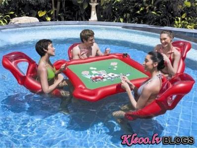 Покерный стол в бассейне