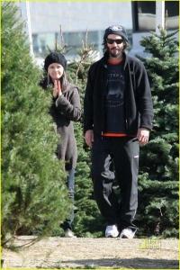 Киану Ривз покупает елку