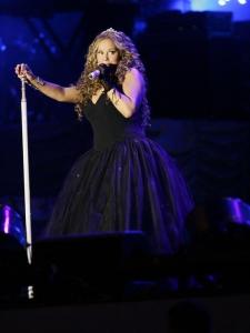 Mariah Carey nokrīt uz skatuves! VIDEO