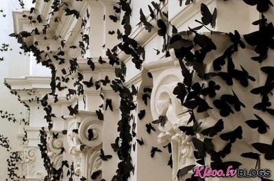 Mākslinieks no Mehiko Carlos Amorales un viņa instalācija.