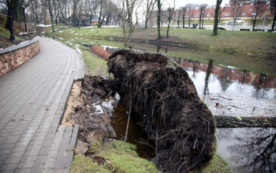 Rīt Latvijā gaidāma ļoti stipra vētra ar sniegputeni. Uz ceļiem iespējams haoss