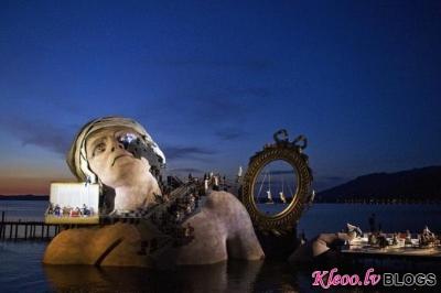 Operas skatuve uz ezera.