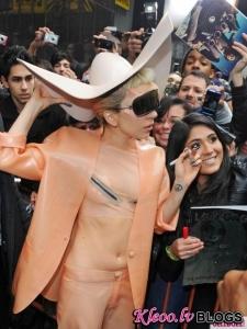 Lady Gaga ģērbusies prezervatīva tērpā