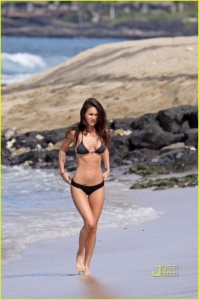Меган Фокс в бикини на Гавайях