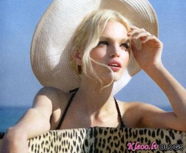 Reklāma jaunajam Dior Addict aromātam.