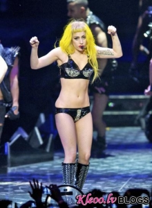 Леди Гага упала с рояля на концерте (видео)