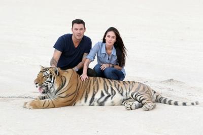 Megan Fox ar draugu un tīģeri