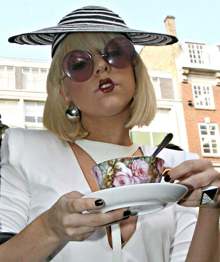 Lady Gaga apbrīno ar savu jauno tēlu (FOTO)