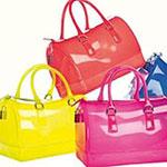 Must-have vasara: caurspīdīga soma Furla Candy.
