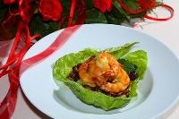 Salātu lapas ar apceptām šitaki sēnēm un tīģergarneļu astēm