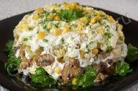Салат с курицей, грибами и маринованными огурцами