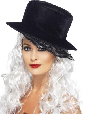 Cepure ar mežģīņu plīvuriņu