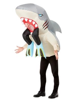 Piepūšams haizivs un nirēja kostīms