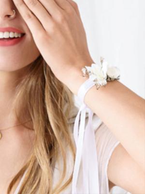Aproce, ar ziediem baltā krāsā